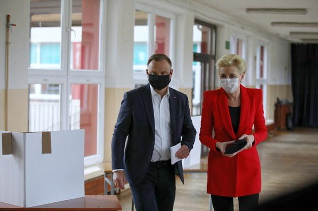 Prezydent Andrzej Duda z małżonką Agatą Kornhauser-Dudą głosują w jednym z lokali wyborczych w Krakowie //Łukasz Gągulski /PAP