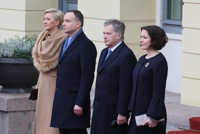 Prezydent Andrzej Duda z małżonką Agatą Kornhauser-Dudą podczas oficjalnego powitania przez prezydenta Finlandii Sauli Vainamo Niinisto i jego żonę Jenni Haukio /Paweł Supernak /PAP