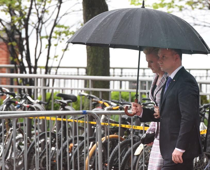 Prezydent Andrzej Duda z małżonką Agatą Kornhauser-Dudą w drodze pod Pomnik Katyński w Jersey City / Radek Pietruszka   /PAP