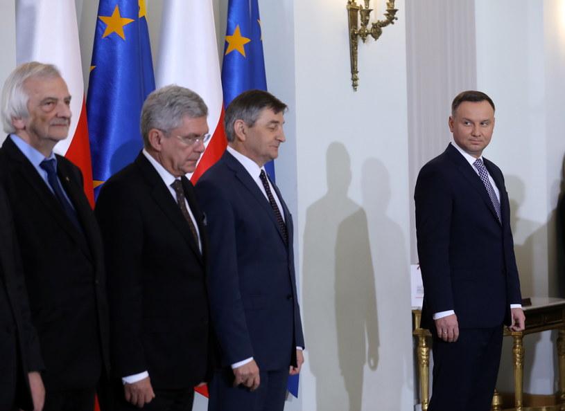 Prezydent Andrzej Duda z przedstawicielami PiS w czasie wręczania nominacji nowym członkom rządu /Rafał Guz /PAP