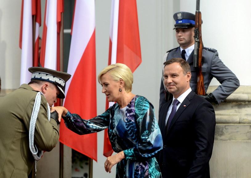 Prezydent Andrzej Duda z żoną Agatą Kornhauser-Dudą podczas uroczystości na dziedzińcu Belwederu /Jakub Kamiński   /PAP