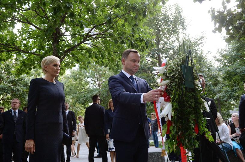 Prezydent Andrzej Duda z żoną Agatą Kornhauser-Dudą składają kwiaty przy pomniku 9/11 Memorial upamiętniającym ofiary ataku terrorystycznego na World Trade Center /Jacek Turczyk /PAP