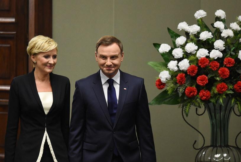 Prezydent Andrzej Duda z żoną Agatą Kornhauser-Dudą wchodzą na salę plenarną Sejmu /Radek Pietruszka /PAP