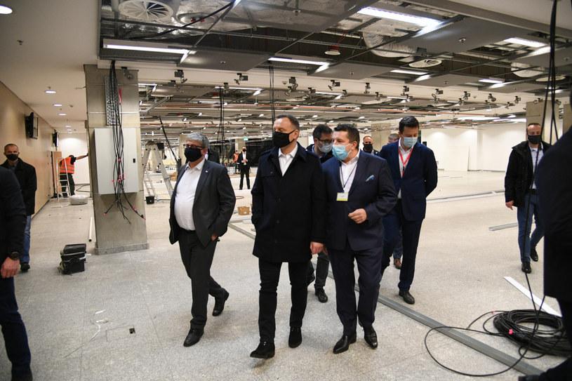 Prezydent Andrzej Duda złożył roboczą wizytę na stadionie w Warszawie, gdzie powstaje szpital tymczasowy / Jacek Domiński /Reporter
