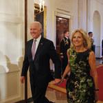 Prezydent Biden zerwał dla żony dmuchawiec