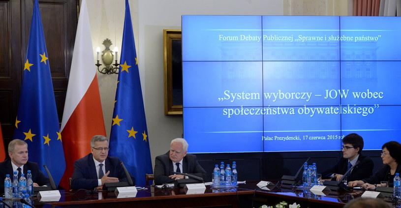 Prezydent Bronisław Komorowski (2L) oraz ministrowie w KPRP Sławomir Rybicki (L) i Olgierd Dziekoński (3L) podczas debaty dotyczącej JOW-ów /Jacek Turczyk /PAP