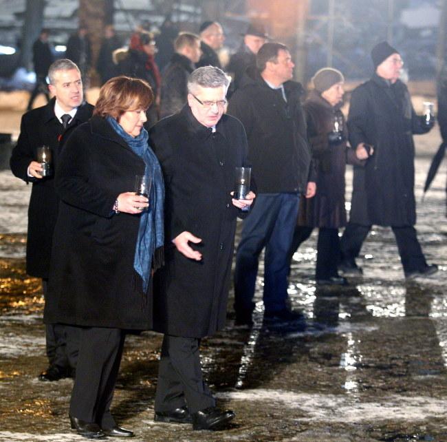 Prezydent Bronisław Komorowski (3L) z żoną Anną (2L) oraz pozostali uczestnicy uroczystości składają znicze przed Międzynarodowym Pomnikiem Ofiar Faszyzmu w Birkenau /PAP/Andrzej Grygiel    /PAP