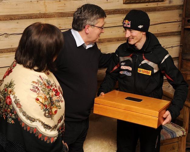 Prezydent Bronisław Komorowski (C) z małżonką Anną (L) podczas spotkania z Adamem Małyszem /PAP