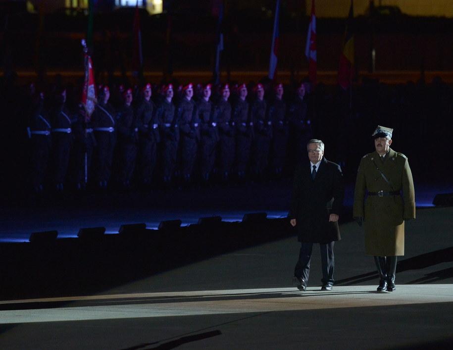 Prezydent Bronisław Komorowski i dowódca Garnizonu Warszawa gen. Wiesław Grudziński (po prawej) podczas uroczystości związanych z 15. rocznicą przystąpienia Polski do NATO /Radek Pietruszka /PAP