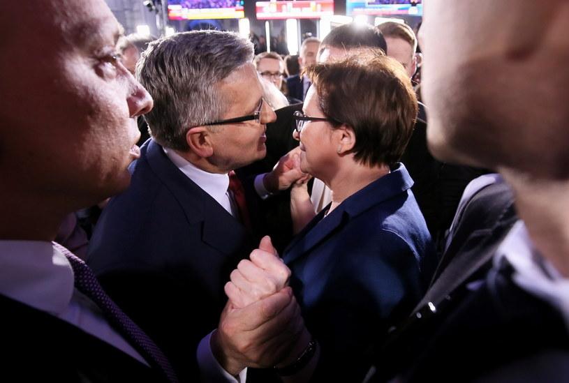 Prezydent Bronisław Komorowski i premier Ewa Kopacz podczas wieczoru wyborczego w sztabie w Warszawie /Paweł Supernak /PAP