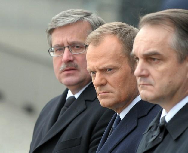 Prezydent Bronisław Komorowski (L), premier Donald Tusk i wicepremier Waldemar Pawlak /AFP