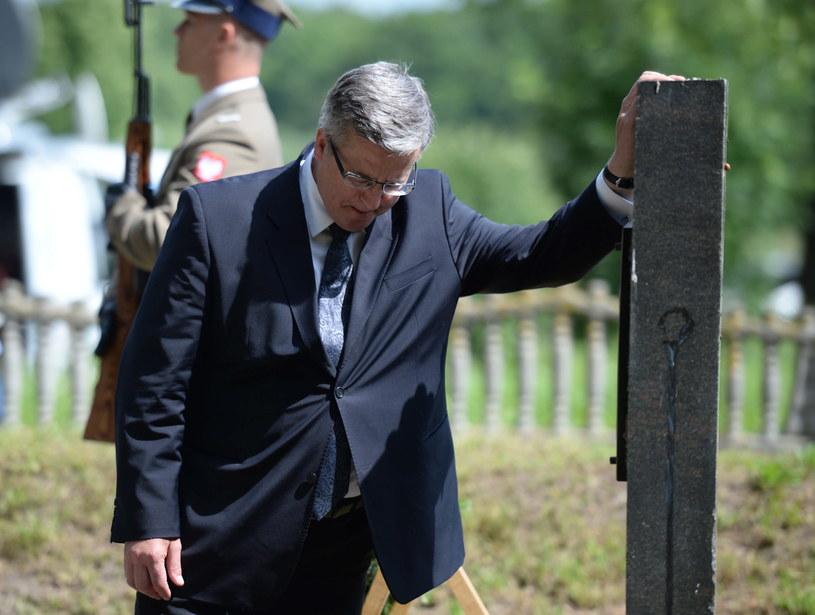 Prezydent Bronisław Komorowski (L) przy mogile w Kisielinie /Jacek Turczyk /PAP