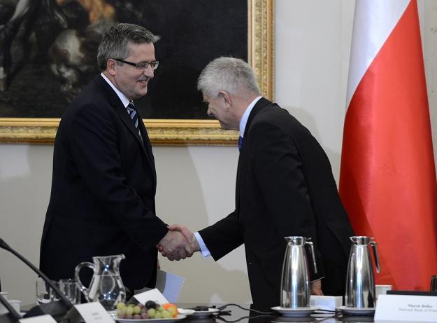 Prezydent Bronisław Komorowski (L) wita się z prezesem NBP Markiem Belką (P) /PAP