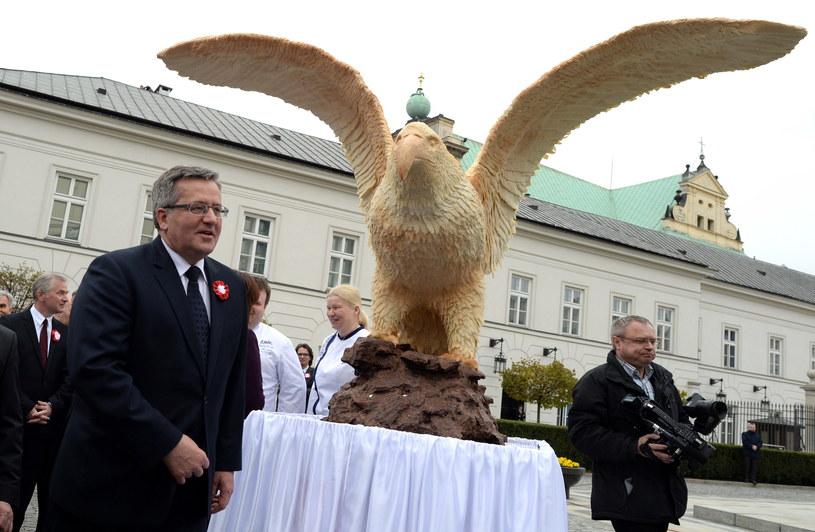 Prezydent Bronisław Komorowski obok figury czekoladowego orła w pełnej krasie /Jacek Turczyk /PAP