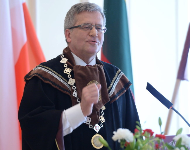 Prezydent Bronisław Komorowski przemawia po otrzymaniu tytułu Doktora Honoris Causa Uniwersytetu Witolda Wielkiego w Kownie /Jacek Turczyk /PAP