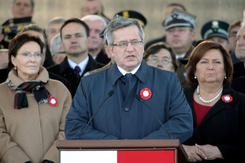 Prezydent Bronisław Komorowski przemawia podczas uroczystej odprawy wart przed Grobem Nieznanego Żołnierza /Jacek Turczyk /PAP