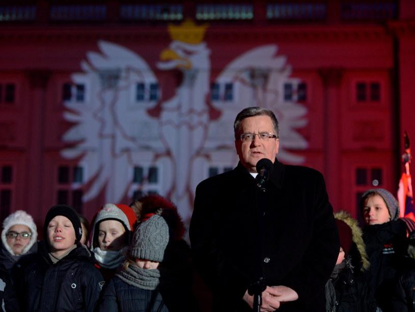 Prezydent Bronisław Komorowski przemawia podczas zapalenia okolicznościowej iluminacji na fasadzie Pałacu Prezydenckiego w Warszawie /Jacek Turczyk /PAP