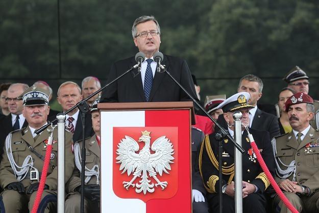 Prezydent Bronisław Komorowski (w środku) przemawia podczas obchodów Święta Wojska Polskiego, /PAP
