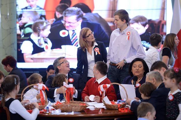 Prezydent Bronisław Komorowski (w środku z dzieckiem) na dzisiejszym spotkaniu w Pałacu Prezydenckim /PAP
