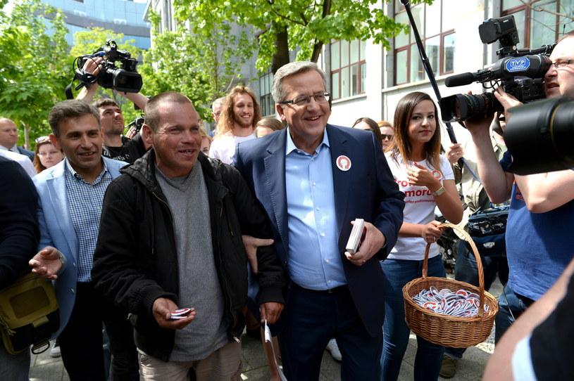 Prezydent Bronisław Komorowski w towarzystwie Roberta Korzeniowskiego podczas spaceru /Maciej Gołaszewski /PAP