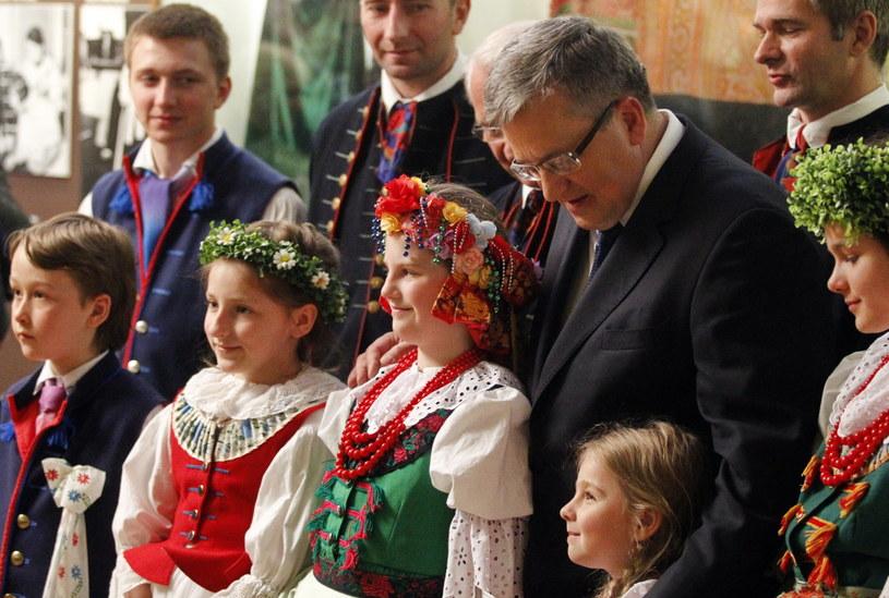 Prezydent Bronisław Komorowski z dziećmi w Muzeum Górnośląskim w Bytomiu /Andrzej Grygiel /PAP