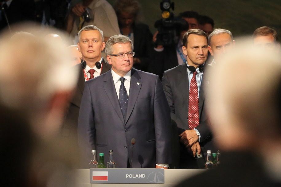 Prezydent Bronisław Komorowski z ministrem spraw zagranicznych Radosławem Sikorskim (po prawej) i ministrem obrony Tomaszem Siemoniakiem na szczycie NATO w Newport /Paweł Supernak /PAP