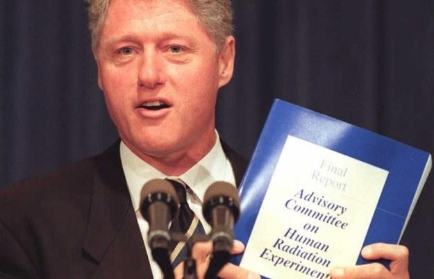 Prezydent Clinton prezentuje raport poświęcony eksperymentom radiacyjnym na Aerykanach /AFP