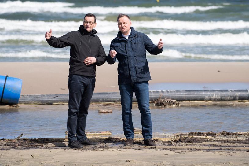 Prezydent Duda i premier Morawiecki podczas niedawnej wizyty na terenie przekopu Mierzei Wiślanej /Wojciech Stóżyk /Reporter