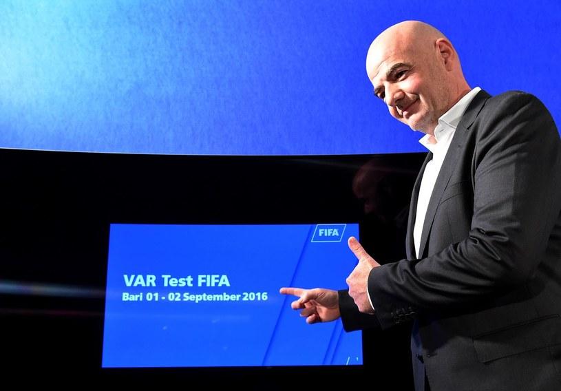 Prezydent FIFA Gianni Infantino prezentuje system VAR - Video Assistant Referee /AFP