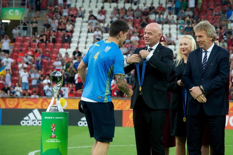 Prezydent FIFA Gianni Infantino z prezesem PZPN-u Zbigniewem Bońkiem podczas ceremonii wręczania medali. /Grzegorz Michałowski /PAP