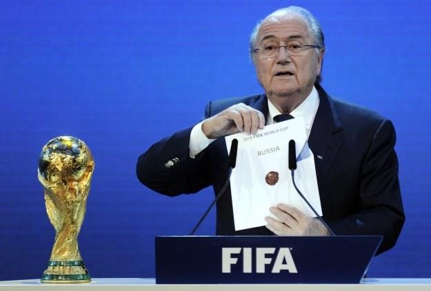 "Prezydent FIFA Joseph Blatter wyciąga z koperty kartkę z napisem ""Rosja"" /AFP"