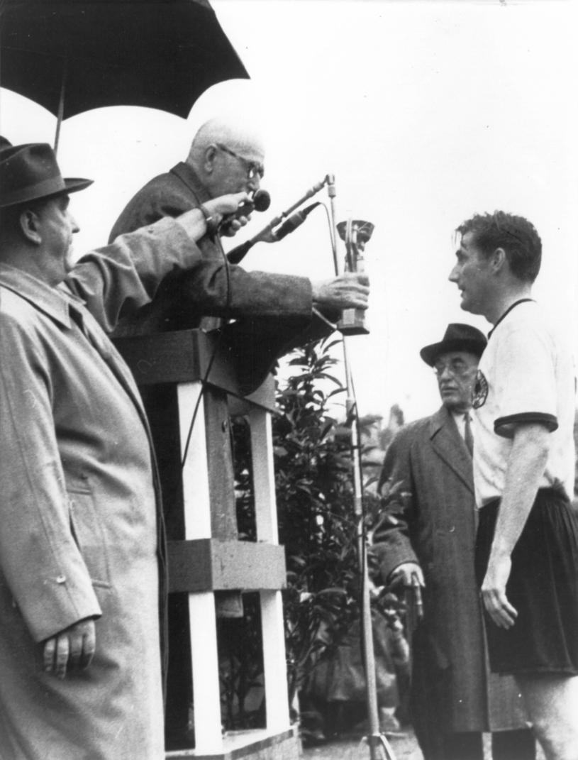 Prezydent FIFA Jules Rimet wręcza Puchar Świata swojego imienia na swoim ostatnim mundialu, w 1954 roku /Newspix
