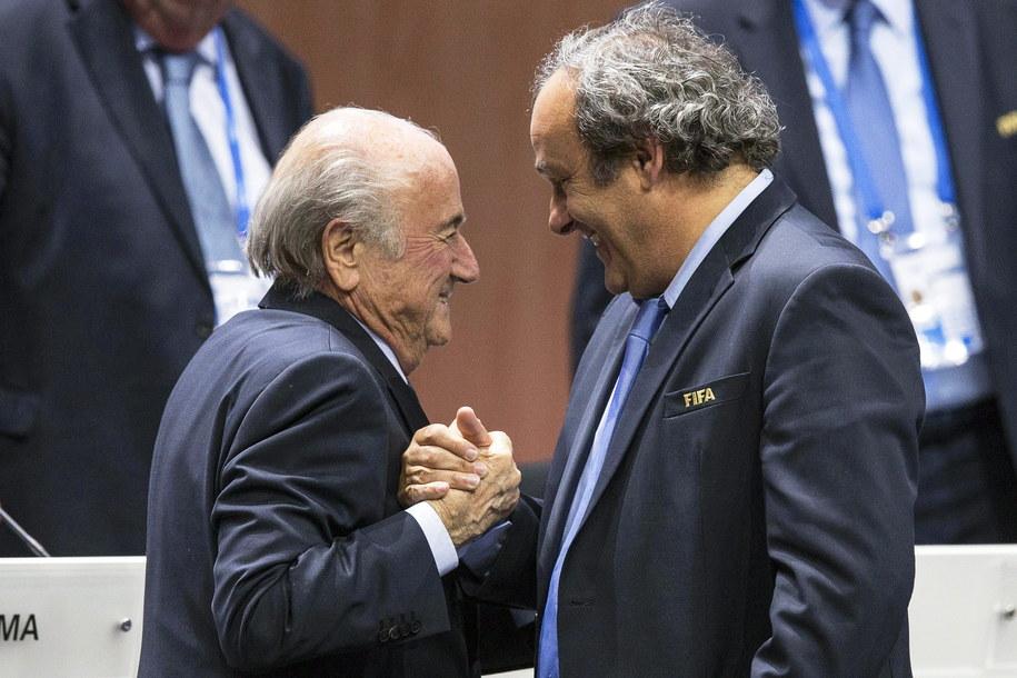 Prezydent FIFA Sepp Blatter odbiera gratulacje od szefa UEFA Michela Platiniego po wyborze na kolejną kadencję (29 maja 2015) /PATRICK B. KRAEMER /PAP/EPA