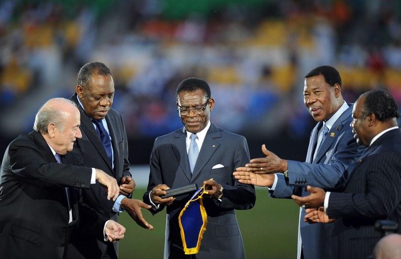Prezydent FIFA Sepp Blatter (z lewej) wręcza upominek Teodoro Obiangowi (w środku) /AFP