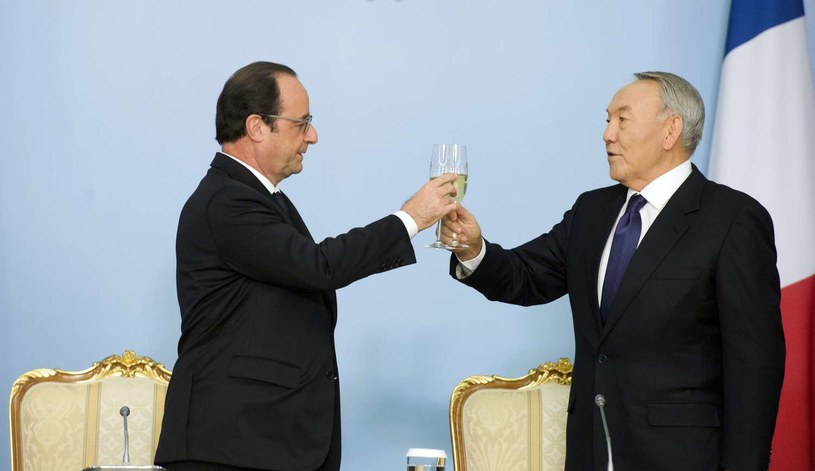 Prezydent Francji Francois Hollande (z lewej) i Nursułtan Nazarbajew /AFP