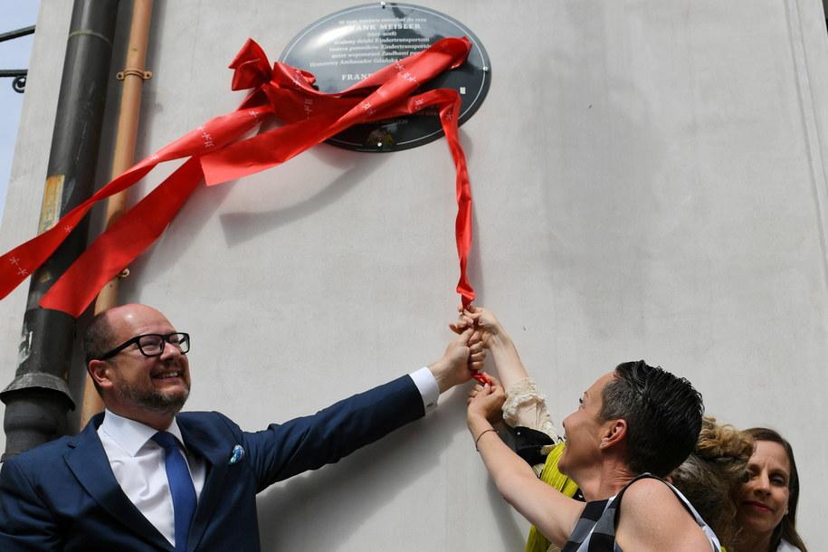 Prezydent Gdańska Paweł Adamowicz (L) oraz córki i partnerka Meislera, podczas odsłonięcia tablicy upamiętniającej Franka Meislera /PAP/Adam Warżawa /PAP
