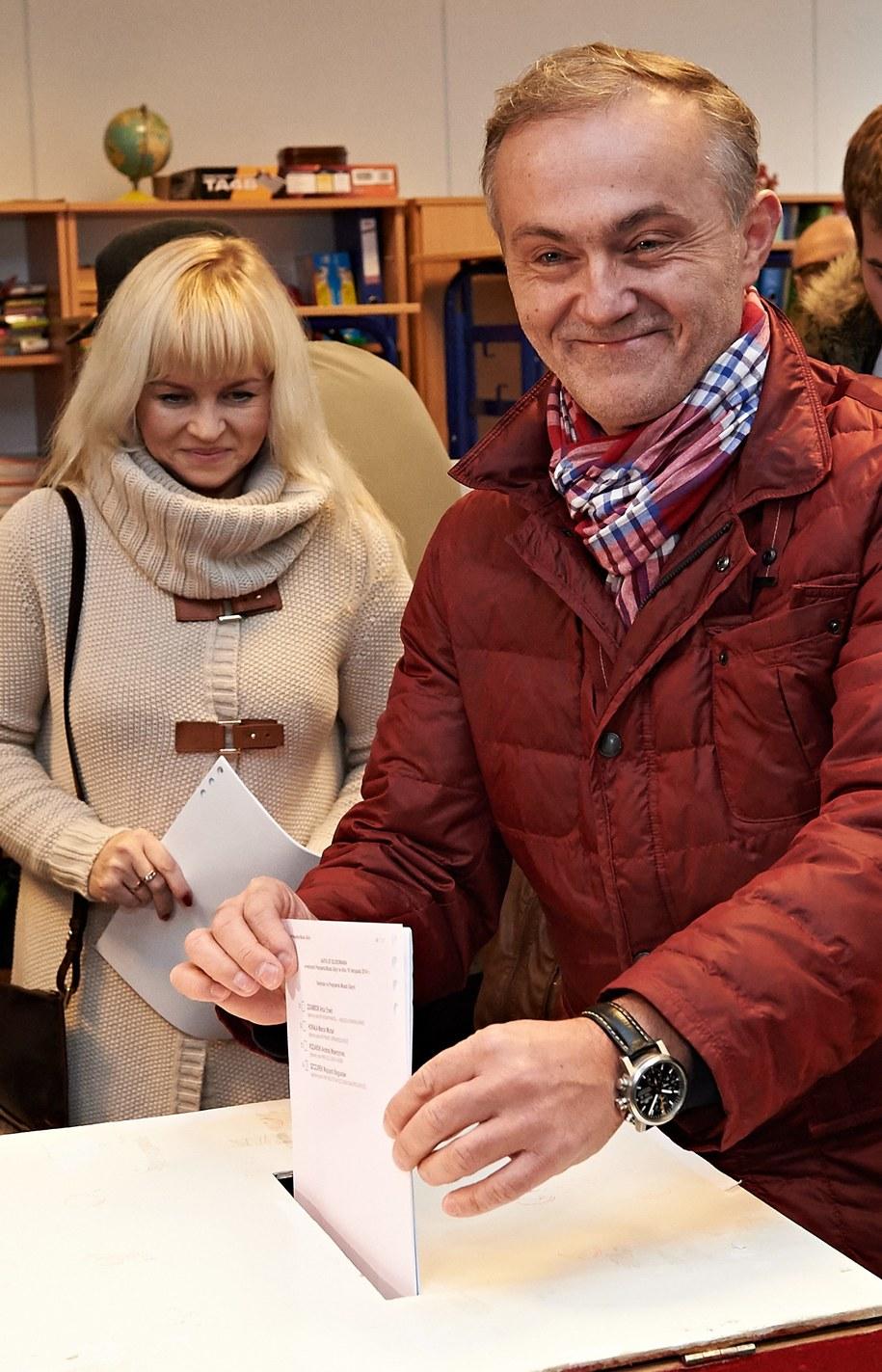 Prezydent Gdyni Wojciech Szczurek z żoną Barbarą głosują w lokalu wyborczym w Gdyni /Adam Warżawa /PAP
