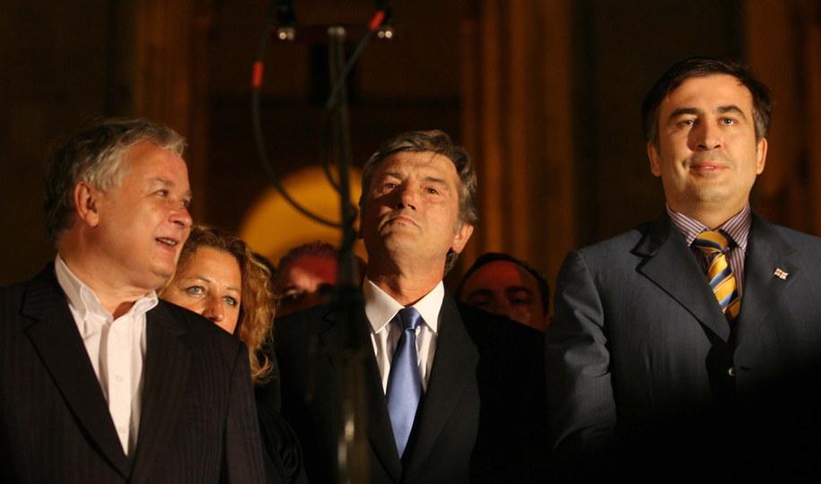 Prezydent Gruzji Micheil Saakaszwili (P) w towarzystwie polskiego prezydenta Lecha Kaczyńskiego (L) i prezydenta Ukrainy Wiktora Juszczenko (C) podczas wiecu w Tbilisi, 12 2008 Przyjazd do Gruzji prezydentów Polski, Estonii, Litwy, Łotwy i Ukrainy jest wyrazem solidarności pięciu państw z narodem, który padł ofiarą agresji.