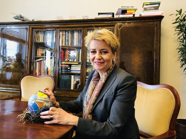 Prezydent Hanna Zdanowska podpisuje pisankę /
