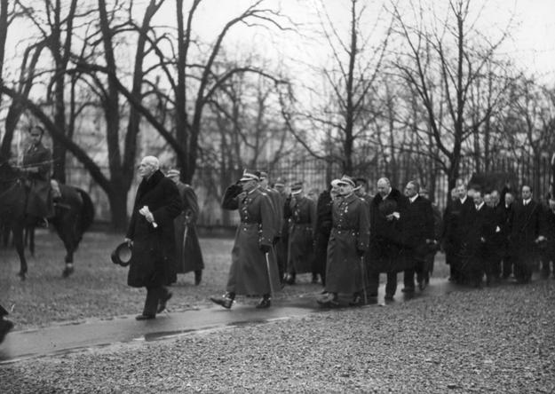 Prezydent Ignacy Mościcki w towarzystwie Generalnego Inspektora Sił Zbrojnych marszałka Edwarda Rydza-Śmigłego na dziedzińcu belwederskim 11 listopada 1937 roku /Z archiwum Narodowego Archiwum Cyfrowego