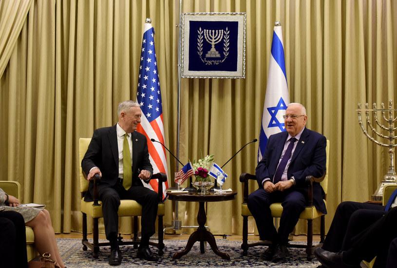 Prezydent Izraela Reuven Rivlin i minister obrony USA James Mattis /DEBBIE HILL / POOL / /AFP