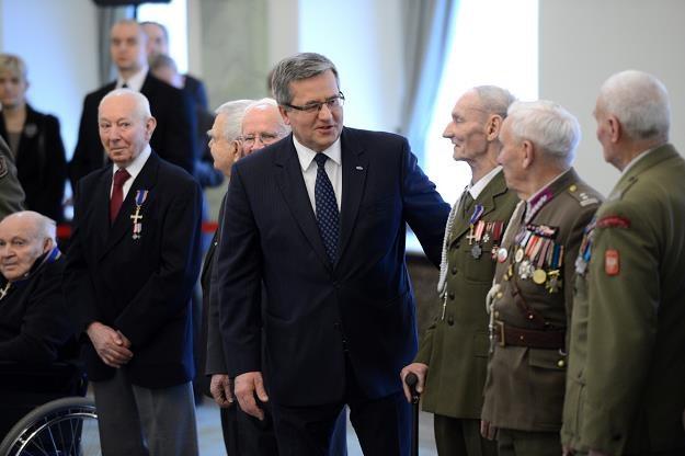 Prezydent Komorowski (w środku) podczas uroczystości w Pałacu Prezydenckim, fot. Jacek Turczyk /PAP