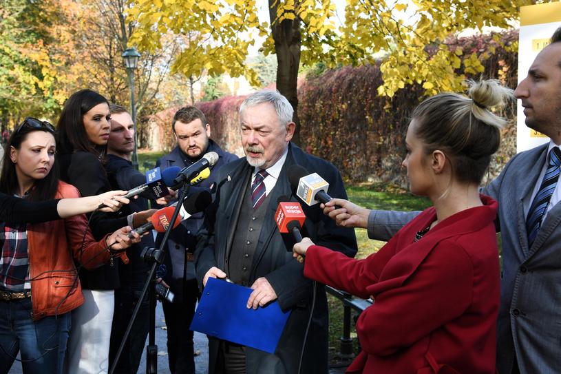 Mayor Jacek Majchrowski (C) at the press conference summarizing the election campaign / Jacek Bednarczyk / PAP