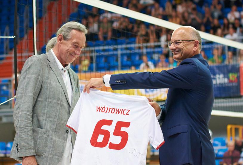 Prezydent Krzysztof Żuk wręcza Tomaszowi Wójtowiczowi okazjonalną koszulkę z okazji jubileuszu /Krzysztof Radzki/East News /East News