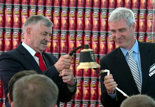 Prezydent Kutna Zbigniew Burzyński (L) oraz prezydent firmy Kellog w Europie Chris Hood (P) /PAP