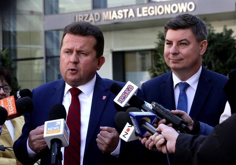Prezydent Legionowa Roman Smogorzewski (L) oraz rzecznik prasowy Platformy Obywatelskiej Jan Grabiec (P) podczas konferencji prasowej w Legionowie /Tomasz Gzell /PAP