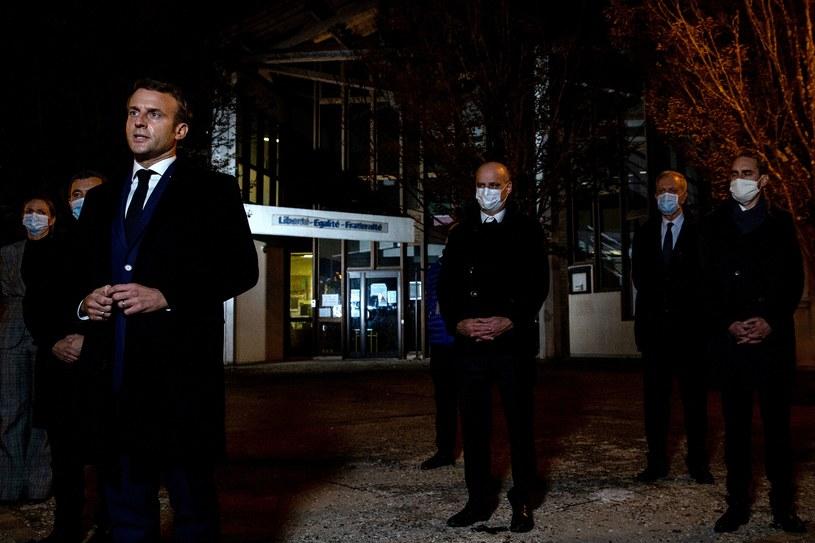 Prezydent Macron przed szkołą, gdzie pracował zamordowany nauczyciel /AFP