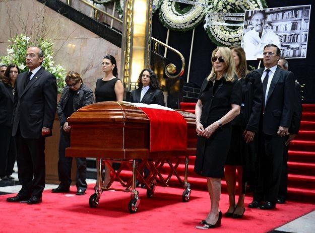 Prezydent Meksyku Felipe Calderon i wdowa Silvia Lemus przy trumnie z ciałem Carlosa Fuentesa /AFP