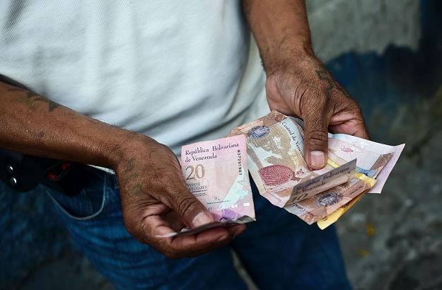 Prezydent N. Maduro podnosi 35 razy wartość pensji minimalnej /AFP