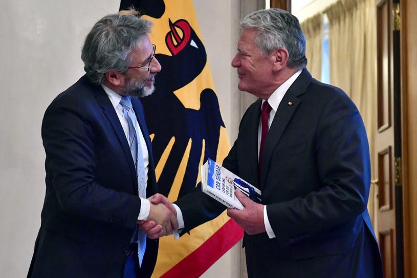 Prezydent Niemiec Joachim Gauck i Can Dundar /AFP
